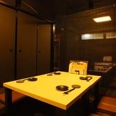 【テーブル席】2名~8名様。白と黒を基調としたお洒落な店内。大人の寛ぎ空間でお楽しみ下さい。