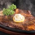 料理メニュー写真1日1食限定。肉ラヴァーの心もお腹も満たす『1ポンド牛肩ロースステーキ鉄板 ライス付き』