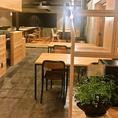 木の温もりがフロア全体に広がる安心のアットホームな空間にはテーブル席が並びます。
