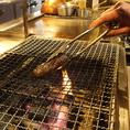 シェフが自ら仕入れたお肉料理など、炭火焼き料理を味わえます