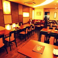 喧騒を忘れされる寛ぎ空間★瀟洒なステンドグラスなど故き良き時代の上海を彷彿とさせるコロニアル調インテリアの寛ぎの空間。