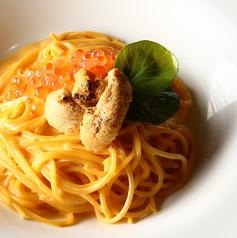 料理メニュー写真炙りウニとイクラの濃厚クリームパスタ