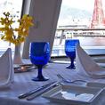 【ルビー】景色が綺麗な窓際席をご用意しております♪フロントガラスより船の船首ごしにパノラマの景色をお楽しみいただけます☆最大90名様までのパーティールームとしても人気のフロアです☆