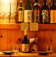 大人気のカウンター席!前に信楽焼きのお皿や種類豊富なお酒を並べており、テーブル席とは違った楽しみ方ができます。