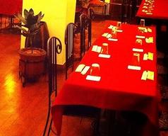 パーティー時は赤いテーブルクロスを掛けてお洒落に演出。