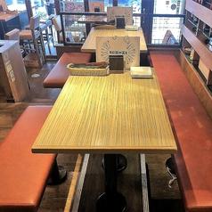 【テーブル席・2名~3名様までご利用可能】臨場感があるお席で2名様から3名様まで利用可能です。テーブルを二つ使えば6名様~8名様まで利用可能です。みんなでわいわいお肉を楽しんじゃってください。