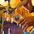 【樽生】《ブルームーン》オレンジを添えて楽しむ、アメリカで販売数No.1のクラフトビール。ホワイトビール特有のフルーティーな味わいに、シトラスの香味が加わったすがすがしい飲み口。ヒューガルデンとの飲み比べもおすすめです。