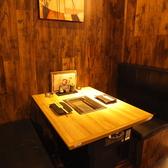 4名様のテーブル席を多数取り揃えございます。仕事終わりにもふらっと、友人・知人ともふらっと立ち寄れるカジュアルな店内は、様々なシーンに最適にご利用頂けます。静かな座席もあり、まさに新宿/歌舞伎町付近での接待利用やデート利用にもぜひともご活用頂ければと思います…!