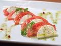 料理メニュー写真フルーツトマトとモッツァレアチーズの温かいサラダ