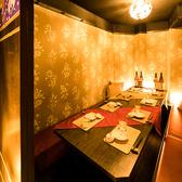 新橋駅徒歩1分!SL広場目の前に位置する完全個室肉バル◎肉バルならではの開放的で広々とした中で、こだわりの一品メニューとラインナップ豊富なお酒をお楽しみください!