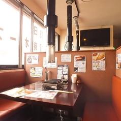 テーブル席は数多くご用意!周りもあまり気にならない造りなので、ガッツリ食べに来てください!