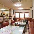テーブル【2~4人席】 片側ソファーのテーブル席は最大20名様までOK!1階上部吹き抜けになっているので、2階はとても広く開放的、昭和レトロな感じそのままの空間で時間を忘れてゆったりとお食事ができます。~ご宴会、食事会、忘新年会から歓送迎会などで安くて、美味しくて、ボリューム満点の「町中華」が楽しめます