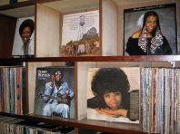 店内に無数のレコード、CD