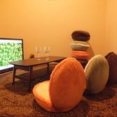 【roomA/G/H】 お子様連れ大歓迎◎ソファではなく、ビーズクッションや座イスなどで揃えておりますので、ゆったり足を伸ばして寛いでいただけます♪6名様前後まで。・55インチTV設置済、無料レンタルのスマホケーブルをTVに繋いで楽しむことも無料!・ブルーレイ・DVDプレーヤー設置済・無線LANの無料利用可能!