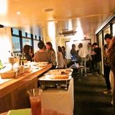 Barラウンジは立食なら30名様までのパーティーが可能です。プロジェクタやマイクなど設備も充実<夜>