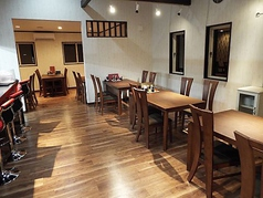 4名掛けテーブルです。気の合う仲間と楽しい時をお過ごしください。