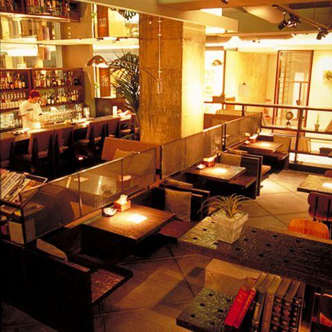 店内は洋書に囲まれたオープンエアーな空間、ゆったりとお寛ぎ頂けるソファ席も有り。