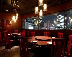 ミラーの映り込みとガラスのシャンデリアが夜景との一体感を演出し、ビビッドな赤い椅子が非日常な高揚感を感じさせる。中央テーブルがまわり、料理をシェア。本格中華の世界を!(※プロジェクター・スクリーン無料貸出)