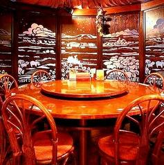 10名様までご利用いただける円卓個室をは、落ち着いた雰囲気のお部屋で本格中華をお召し上がりいただけます。ご親族でのお食事会や接待など様々なシーンにおすすめです。ご来店の際は当店名物の【黒豚焼き餃子】(3個200円5個300円)をぜひお楽しみください。)