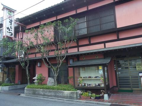 年齢層を問わず気軽に食事を楽しめるお店。美味しい寿司や和食を味わおう!