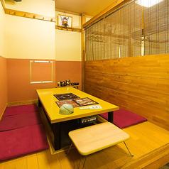 カーテンで仕切ることの出来る半個室空間。人気の掘りごたつ席は、足元をゆったりとくつろぎながらお食事を楽しめます。2名様よりご利用いただけますので、デートや少人数でのご宴会、接待利用など、様々シーンで活用しやすいお席です。
