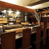目の前で職人の包丁さばきが感じられるオープンキッチンのカウンター席。デートにぴったり!