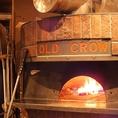 インパクト抜群の薪窯♪コレが絶品ピッツァを仕立てます♪ イタリアから取り寄せた本格的な窯で焼き上げるピザは最高の一品です。