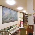 1階上部が吹き抜けになっているので、2階はとても広く開放的、昭和レトロな感じそのままの空間で時間を忘れてゆったりとお食事を楽しまれたい方におすすめ!!大理石のテーブル・カウンターと掲示してあるアートは店主の亡くなった奥様の趣味、こういった空間も下町ならではです。