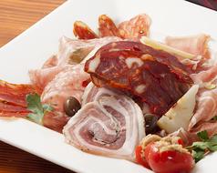 料理メニュー写真自家製アブルッツォサラミの盛り合わせ