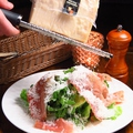 料理メニュー写真イタリア産プロシュートとルッコラセルバチカのサラダ