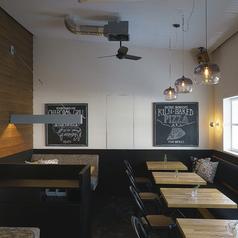 大きな黒板が特徴のガーデンビューフロア。20名様ほどの半貸し切りも可能でございます。