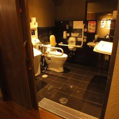 小さいお子様連れでも安心♪オムツ交換できる多機能トイレ完備。