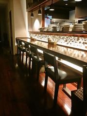 キッチンが目の前カウンター席では、お1人様でもリラックスしてお過ごしいただけます。デートのお客様にも人気のお席です。