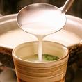 厳選した鶏ガラだけを使用して炊き上げた、当店自慢の白濁スープは化学調味料は一切使用しておらず、コク深く体に優しい味わいです。