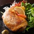 千葉県産の地鶏、水郷(すいごう)赤鶏は当店の名物の一つです!絶妙な食感とコクがあり、柔らかくジューシーなお肉は病みつきになること間違いなし!