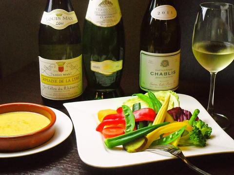 鶴間駅から徒歩30秒、駅チカで、おいしい創作料理と豊富なワインがある店。