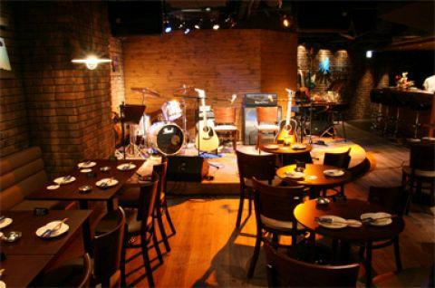 お客さんがステージで演奏したり歌ったりするお店です。楽器完備