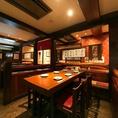 飛騨高山の旧家の建材使用のどっしりとしたテーブルは、大きめの広々とした落ち着くテーブル席です。