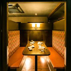 【4名様~6名様向けの個室】五反田駅から徒歩1分の駅近居酒屋。女子会や合コンなど少人数でのご宴会にぴったりのお席となっております。周りを気にせずご宴会を楽しむなら個室が最適です◎ご予約やお問い合わせはお気軽に店舗まで♪