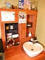 トイレ前の手洗い場。細やかなところまで猫の雑貨に彩られています。手洗い場はラブリーなハート形♪