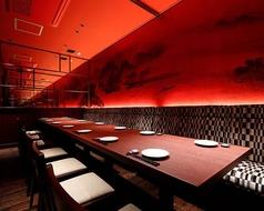 赤の際立つ空間にアーティスティックな山水画とモダン柄のベンチシートを備えた幻想的な個室。8名+6名のコネクトにより最大14名様迄。