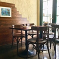 明るい陽射しが入るテーブル席。人数に合わせてお席の配置も変更できますのでお気軽にご相談下さい。