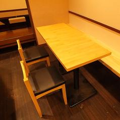 お席の向きを変えることで2名様用のお席、3名様用、4名様用と柔軟にご対応が可能となります。お一人様から複数名とお気軽にご来店下さい。