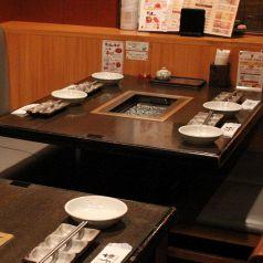 半個室のテーブルはゆっくりお食事できます♪高円寺駅・中野駅周辺で美味しいお店をお探しでしたら是非、からし亭をご利用ください★女子会、誕生日会、忘年会、新年会など各種ご宴会承ります!飲み放題付きコース3700円~◎