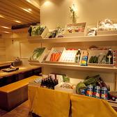当店のウリはコストパーフォーマンスの良さ。店内入口にずらりと並んだ野菜は山梨県「白州郷牧場」で育った無農薬有機野菜。新鮮なお野菜を使った本格和食を低価格でご堪能いただけます。飯田橋で女子会、歓迎会、送別会、飲み会など各種宴会なら【いいだばし畑】にお任せください!!