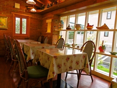 2名用のテーブル席。稼働式なので最大12名様まで同じテーブルでご利用いただけます。