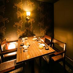 【2名様~4名様向けのテーブル席】お仕事帰りや少人数でのご宴会にぴったりなお席です。お得なクーポンも多数ございます。各種宴会に最適なコースや、種類豊富な単品料理、ドリンクをご用意してお客様のご来店をお待ちしております♪