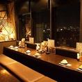 【外の見えるカウンター席】 2名様はもちろん、最大8名様までご利用できます。アポロビル8Fから外を眺めてのお食事は開放感抜群!