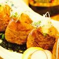 料理メニュー写真肉巻きおむすび~黄金の特製ゴマダレ~(2個)