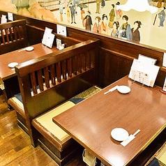 畳のベンチシートで寛げる2人用テーブル席◆現在新型コロナ対策でゆったりしたお席でご案内しております
